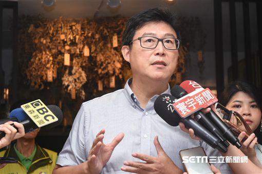台北市長參選人姚文智拜訪老濟安青草店。 (圖/記者林敬旻攝)