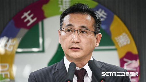 民進黨發言人鄭運鵬公布選對會決議。 (圖/記者林敬旻攝)