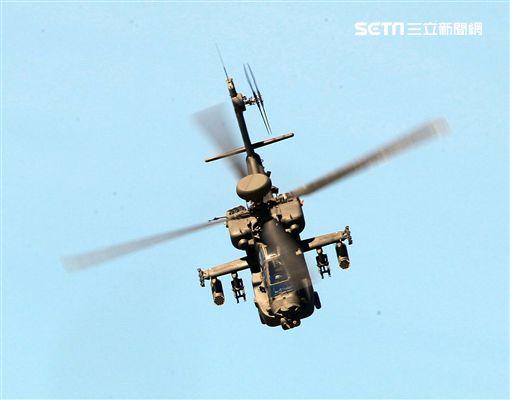 AH-64E阿帕契現場展演炸彈開花、倒退飛極高難度飛行技能展現兵力。(記者邱榮吉/龍潭拍攝)