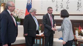 蔡英文總統17日上午接見「歐洲議會跨黨團議員團」。(圖/總統府提供)