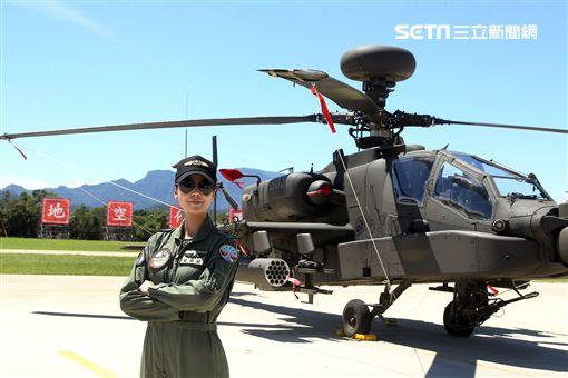 長相甜美陸軍少校楊韻璇是台灣首位、亞洲唯一的阿帕契女性飛行官。(記者邱榮吉/龍潭拍攝)