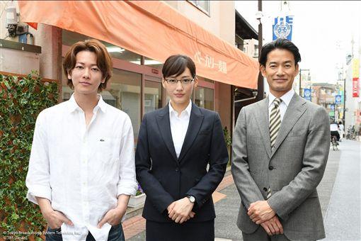 綾瀨遙(中)與竹野內豐(右)佐藤健(左)主演日劇《繼母與女兒的藍調》。(圖/KKTV提供)