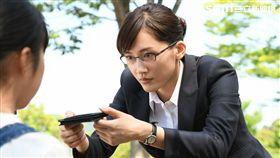 綾瀨遙與繼女初次見面就遞上名片。(圖/KKTV提供)