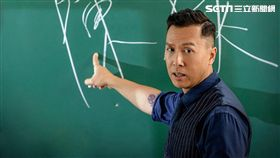 甄子丹在動作強片《大師兄》化身最強教師 帶領學生展開人生的逆襲。(圖/華映娛樂提供)