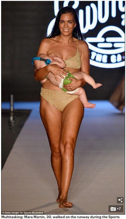 女模馬丁邊走秀邊哺乳引起爭議。(圖/翻攝Daily Mail)