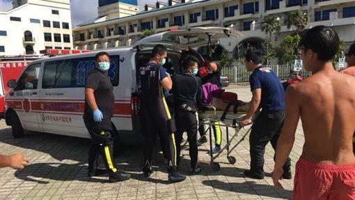新北福隆昨日傳出溺水,送醫搶救後不治。(翻攝畫面)