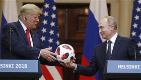 ▲普丁送給川普一顆世界盃比賽用球。(圖/美聯社/達志影像)