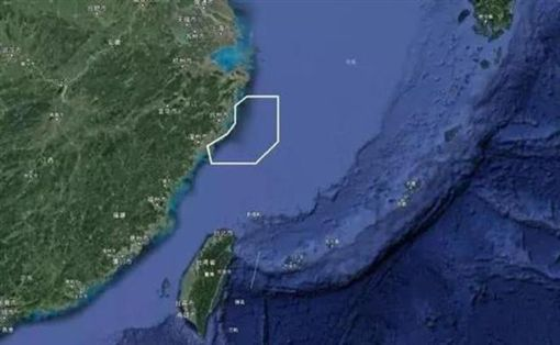 中共解放軍今(18)日開始在東海進行為期6天的實彈演習,而這次共軍演習的禁航區面積非常大,若將當前演習區域平行移動,就可覆蓋整個台灣。(圖/翻攝自新浪網)