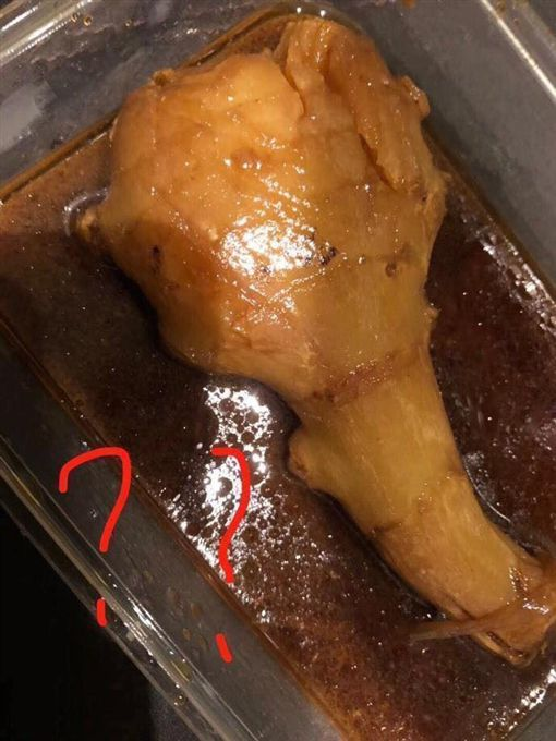 一名網友日前到自助餐夾了一隻超大雞腿,由於當時店內要打烊了,老闆只算他30元,沒想到他準備要吃時,發現雞腿竟是「薑」。不少網友看到後紛紛嘴角失守,搞笑地說「一定要吃光哦!」(圖/翻攝自爆廢公社)