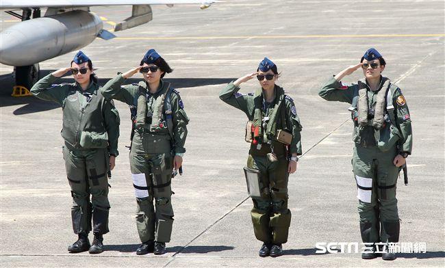 空軍三型主力戰機首批女飛官,IDF戰機女飛官范宜鈴、M2000-5幻象戰機蔣青樺、F16戰機蔣惠宇,還有正在訓練中F5戰機女飛官郭馨儀公開亮相。(記者邱榮吉/台東拍攝)