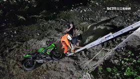 無照騎父重機 一個左轉…17歲少年摔4米高橋