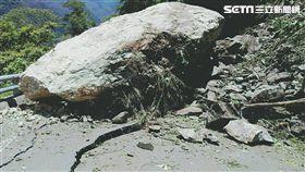 台東南橫公路在178公里處驚傳落石掉落,由於石頭實在太大顆,路面直接被「砸裂」,導致,造成道路中斷,人車無法通行。目前關山工務段正派員搶修中,民眾若行經該路段請繞道,確保行車安全。(圖/翻攝畫面)