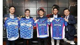 ▲桃園與Lamigo球團訪問仁川SK飛龍,雙方互贈球衣。(圖/截自韓國媒體)