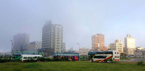 澎湖清晨出現一邊有霧一邊晴「東邊有霧、西邊晴」,澎湖馬公市區18日清晨出現罕見的天氣,緊臨海邊出現霧氣,接近市區則是陽光,一線之隔,令人稱奇。中央社 107年7月18日