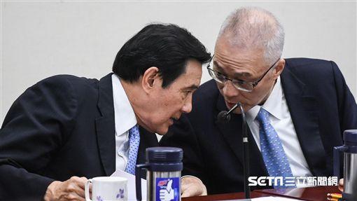 國民黨主席吳敦義與前總統馬英九交談。 (圖/記者林敬旻攝)