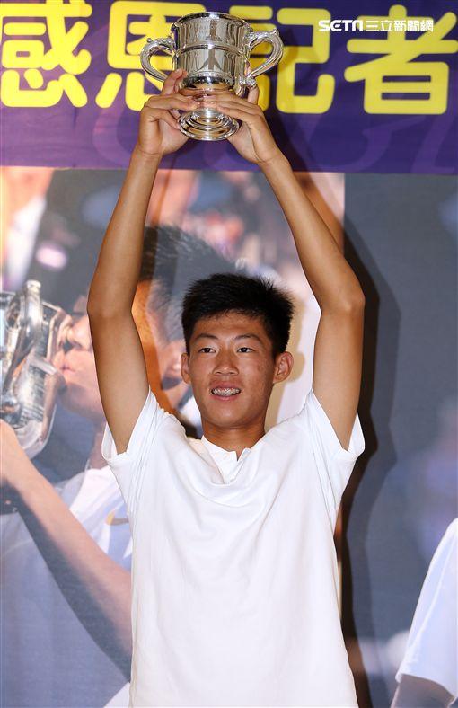 ▲夜市球王曾俊欣高舉溫網冠軍獎盃。(圖/記者林辰彥攝影)
