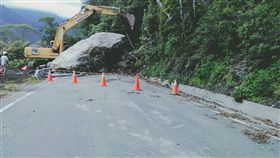 巨石阻斷台東南橫公路 重達281噸 台東,南橫公路,落石,巨石,公路總局,陳克劼,降雨 翻攝畫面