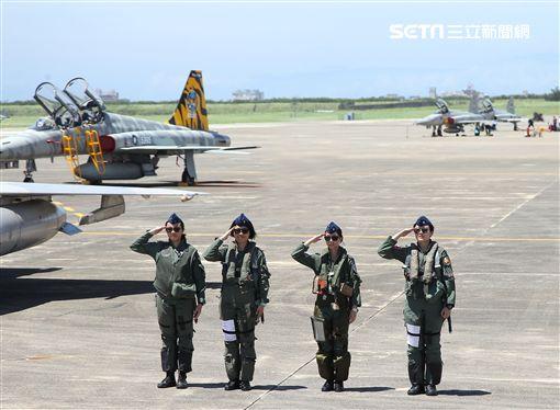 空軍三型主力戰機首批女飛官IDF戰機范宜鈴、M2000-5幻象戰機蔣青樺、F16戰機蔣惠宇,正在訓練