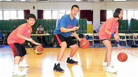 ▲東方介德擔任總教練,量身打造訓練課程,加強小球員的基本動作。(圖/主辦單位提供)