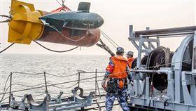 中共海軍首次舉行勇敢杯水雷戰考核中國海軍網報導稱,海軍首次舉行「勇敢杯」水雷戰競賽性考核,由各戰區海軍組成的轟炸機佈雷編組與獵掃雷艦反水雷作戰群,演練實戰條件下的水雷作戰。圖為佈放掃雷機具作業。(取自中國海軍網)中央社 107年6月17日