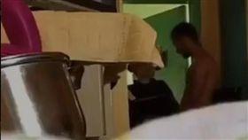 法國一名女獄警在牢房中替男囚犯口愛,影片被傳上網引起騷動。(圖/翻攝歐洲時報網)