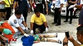 中國遊客到泰國觀光,5歲男童,倒車的大巴士輾過爆頭當場身亡(圖/翻攝自เรื่องเด่นเย็นนี้ ช่อง3臉書)