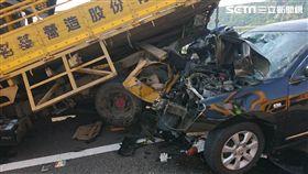 國道工程車停路肩遭撞 捲車底1死2傷/翻攝照片