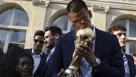 亞雷歐拉還不曾代表法國隊出賽就可親吻世足賽冠軍金盃 。(圖/美聯社/達志影像)