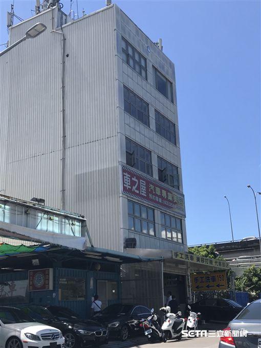台北市濱江街維修廠發生槍擊案,廢土同業公會前理事長王國振遭打中右小腿送醫(楊忠翰攝)