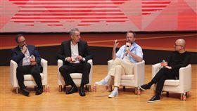 科技大咖出席數位創新論壇維基百科創辦人威爾斯(Jimmy Wales)(左至右)、博世執行董事白邦德(Bernd Barkey)、Skype共同創辦人普瑞提斯(Geoffrey Prentice)與Gogoro執行長陸學森,19日在台北出席ABAC數位創新論壇(DIF),以「逆向創新,數位經濟下的全新商務模式」為題座談。中央社記者徐肇昌攝  107年7月19日
