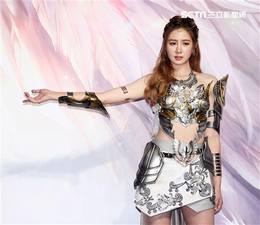 安心亞身穿數十萬元電玩戰鬥服裝現身舞台。(記者邱榮吉/攝影)