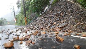 16:9 大雷雨襲南台灣…屏東台27線坍方 目前僅開放單邊通行 圖/翻攝畫面