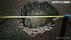 小港機場跑道遭雷擊 破2大洞急關閉,第一個洞寬18公分 深2公分。