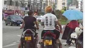 大陸溫州有3名屁孩騎機車不戴安全帽,在馬路上大膽奔馳,其中一名染金髮的後座男子還穿著「XX交警來追我呀」的挑釁T恤。照片在網路上瘋傳後,溫州交警官方微博立刻留言「這是用生命在懟交警啊!」目前警方正在進一步調查中。(圖/翻攝自微博)