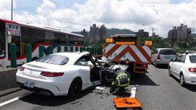 台北市環東大道高架橋發生賓士車追撞工程車的車禍(翻攝畫面)