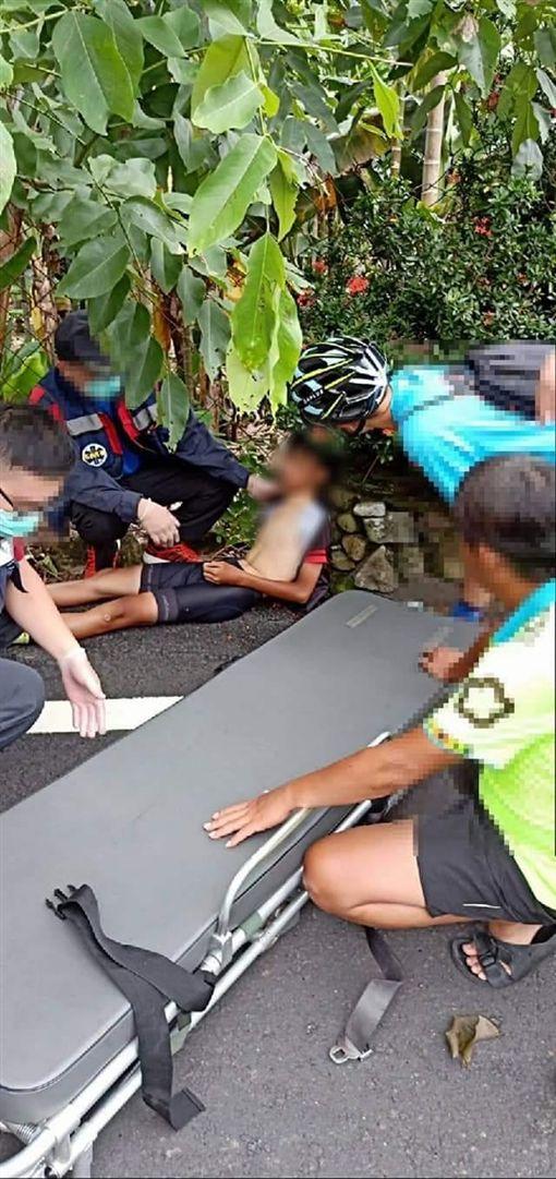 單車弟中暑…黑貓司機急救援被讚翻圖翻攝自爆料公社