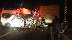 墨西哥地方官員指出,墨西哥市郊外一條交通繁忙的公路今天發生重大車禍,一輛公共運輸箱行車撞擊卡車車尾,至少造成13人死亡和7人受傷。(圖/翻攝自推特@flakopsico)