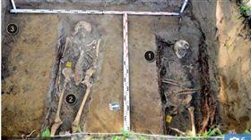 波蘭新建兒童樂園,竟在地底發現大型墓園。(圖/翻攝自太陽報)