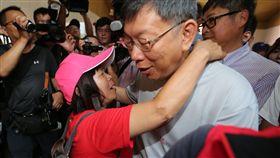 蔣月惠熱情擁抱柯文哲屏東縣議員蔣月惠(前左)21日特別到台北市政府活動現場找市長柯文哲(前右),並熱情要求與柯文哲擁抱。中央社記者徐肇昌攝 107年7月21日