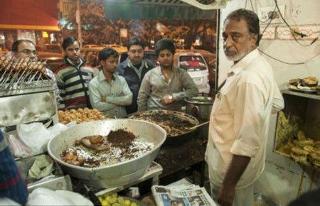 200度油鍋沒在怕 印度神人「徒手炸鮮魚」嚇死人圖/翻攝自微博