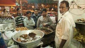 200度油鍋沒在怕 印度神人「徒手炸鮮魚」嚇死人 圖/翻攝自微博