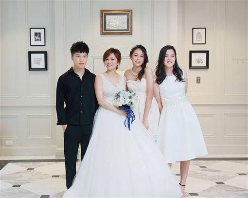 陳施羽跟3個孩子。(翻攝臉書)