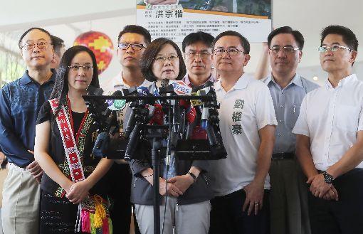 蔡總統:完成年金改革確實不是可以大肆慶祝總統蔡英文(前左2)22日表示,完成年金改革確實不是可以大肆慶祝的事情,畢竟過程中有人做了犧牲,但這是為了下一個世代台灣的財務健全、年金可以永續。中央社記者裴禛攝 107年7月22日