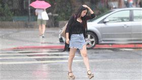 台北市區午後降雨今年第10號颱風安比外圍環流及對流雲系發展旺盛,中央氣象局21日對全台17縣市發布大雨特報。台北市區午後降雨,一名民眾僅以手遮擋頭部在雨中前行。中央社記者徐肇昌攝 107年7月21日