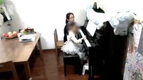 大陸杭州一名媽媽今年3月買了一台鋼琴給女兒學,但樓下鄰居不滿鋼琴的噪音,彼此鬧得非常不愉快。某日她的女兒在練琴時,樓下鄰居疑用「震樓器」報復,不斷出現「咚咚咚」的聲音,嚴重影響了她和家人的正常生活。對此,樓下鄰居否認不知道震樓器,也沒有使用過。(圖/翻攝自網易新聞)