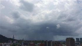 對流雲系發展旺盛,台北盆地出現黑色簾幕狀雨瀑!天氣風險公司分析師吳聖宇今(22)日在臉書粉絲團po出一張照片,可看到積雨雲下方有簾幕狀的黑影,而該區域就是「雨瀑」。(圖/翻攝自《天氣職人-吳聖宇》臉書)