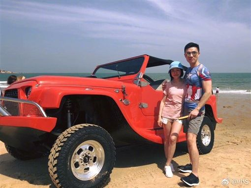 小S(徐熙娣)跟老公徐雅鈞帶女兒們度假。(翻攝微博)