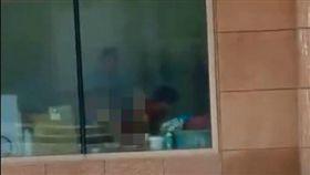 緊臨馬路旁…銀行玻璃窗見「老漢推車」 影片曝光掀網暴動 圖翻攝自微博