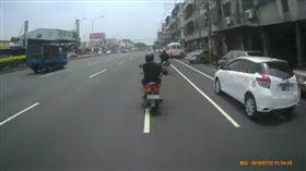 男騎車講電話下場慘 網卻笑翻狂重播 圖翻攝自爆料公社臉書