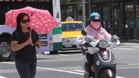 全台天氣炎熱  騎車包緊緊中央氣象局預報19日各地天氣大致晴朗穩定,西半部高溫可能達攝氏36度以上,民眾騎乘機車全身包緊緊防曬。中央社記者鄭傑文攝 107年7月19日